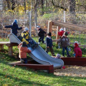 Kleinkinderspielplatz mit Rutsche